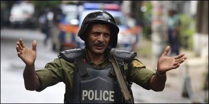 Un policía antiterrorista de Bangladesh.
