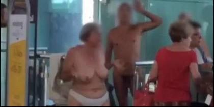 Pasajeros desnudos en el Aeropuerto del Prat, protestan contra el overbooking de Vueling.