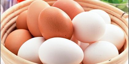 Huevos blancos y huevos morenos.