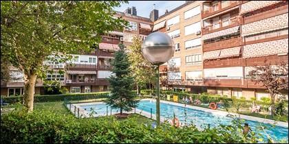 Edificio con piscina en Madrid.