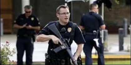 Policías en alerta en Baton Rouge, Lousiana (EEUU).