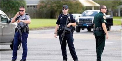 Agentes de policía bloquean la calle en Baton Rouge.