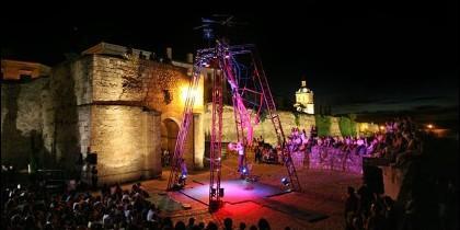 Actuación al aire libre en la Feria de Teatro de Castilla y León