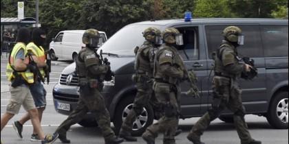 Policías alemanes buscan a los pistoleros del atentado de Múnich.