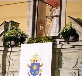 El Papa, asomado al balcón