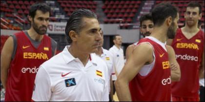 San Emeterio destrá de Scariolo y otros jugadores de la Selección Española de Baloncesto.