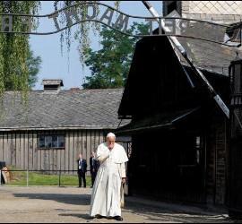 Francisco cruza la puerta de Auschwitz
