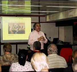 Ariel Álvarez Valdés, en plena charla