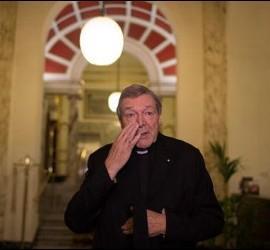 Pell protestando su inocencia en Roma, la semana pasada