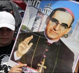 Joven con un retrato de Óscar Romero