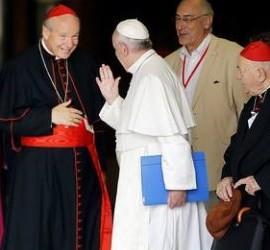 El cardenal Schönborn saluda al Papa Francisco