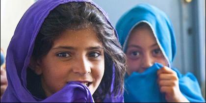 Niñas de Afganistán, esperando el burka.