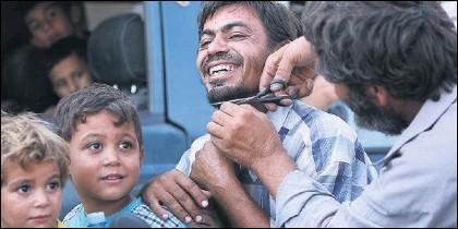 Un habitante de Manbij se corta la barba, después de que la ciudad siria se librara del control del ISIS.