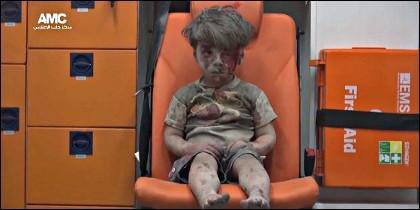 Se llama Omran Daqneesh, tiene cinco años, es sirio y espera la ambulancia en Alepo.
