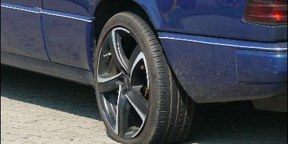 Pinchazo, neumático, avería en el coche.