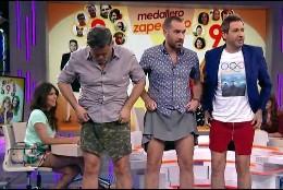 Frank Blanco y sus colaboradores de Zapenado, en minifalda y con tacones.