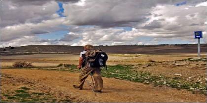 Imagen de un peregrino en un tramo del Camino de Santiago en Castilla y León