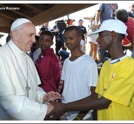 Papa saluda a emigrantes