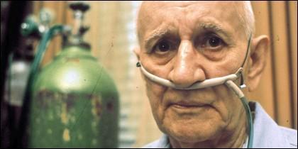 Persona mayor con un respirador de oxígeno.