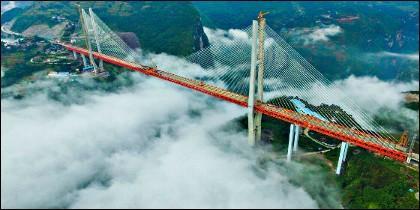 El puente Beipanjiang tiene 565 metros de altura y está situado entre las provincias chinas de Yunnan y Guizhou.