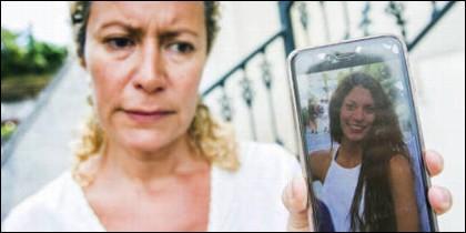 La madre de Diana Quer con la foto de su hija en el móvil.
