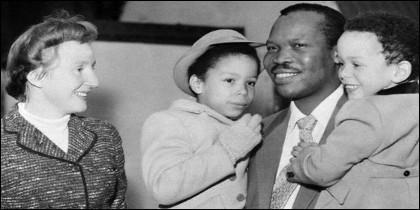 Ruth y Seretse tuvieron cuatro hijos. Uno de ellos, Ian, fue elegido presidente de Botswana en 2008.