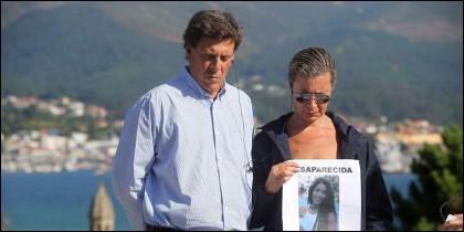 El padre y la madre de Diana Quer, con la foto de la desaparecida.