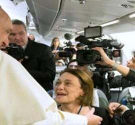 Francisco, con periodistas en el avión papal