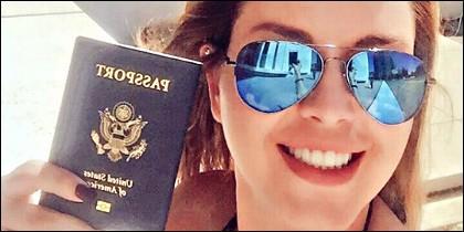 Alicia Machado con su pasaporte USA.