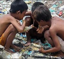 Niños buscando en la basura