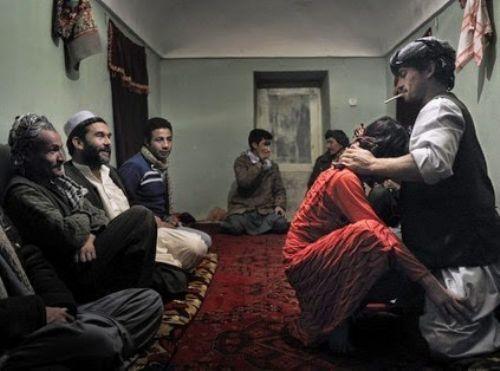 El 'bacha bazi', la práctica mediante la cual los afganos utilizan a jóvenes como esclavos sexuales