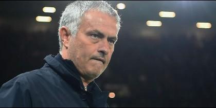 La bronca de Jose Mourinho a sus asistentes en la banda de Old Trafford