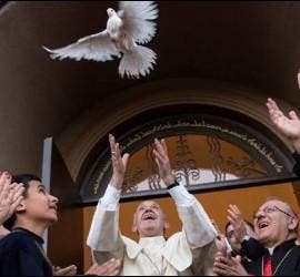 El Papa suelta una paloma de la paz