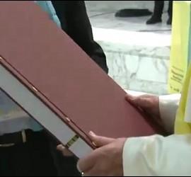 El Papa, con el libro de las Tesis de Lutero