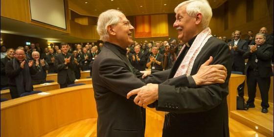 El abrazo de dos generales de los jesuitas: Adolfo Nicolás (saliente) y Arturo Sosa (nuevo).