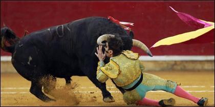 Juan José Padilla, corneado en la plaza de toros de Zaragoza.