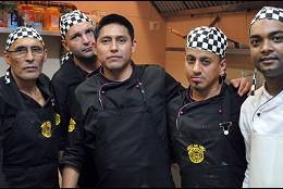 Johnny Cerrón (centro)