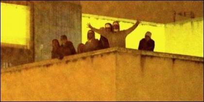 Los inmigrantes del CIE de Madrid, amotinados en el tejado.