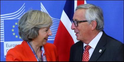 Theresa May con Jean Claude-Juncker.