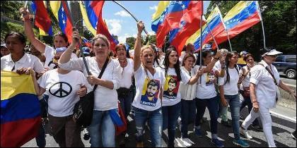 Lilián Tintori, encabeza una marcha de mujeres opositoras en Caracas.