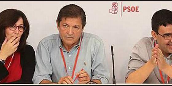 Javier Fernández, entre Ascensión Godoy y Mario Jiménez., en el Comité Federal del PSOE.