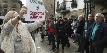 Consuelo Ordóñez muestra el cartel a favor de la Guardia Civil.