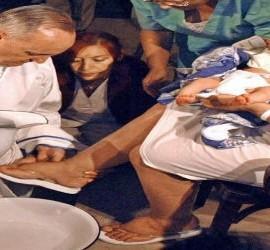 El cardenal Bergoglio lava los pies a una mujer en el hospital de Sarda en 2005