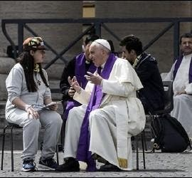 El Papa Francisco escucha la confesión de una joven