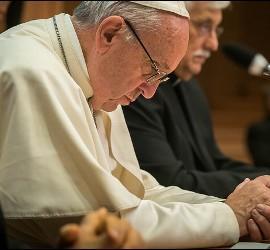 El Papa Francisco reza en su encuentro con los jesuitas