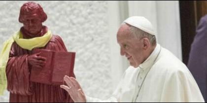 El Papa Francisco, junto a la estatua de Martín Lutero
