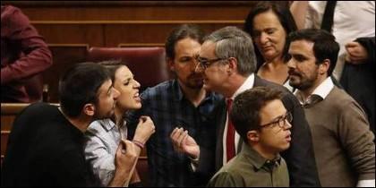 rene Montero y Ramón Espinar (Podemos, a la izquerda) discuten con Juan Manuel Villegas (Ciudadanos) en el Congreso de los de los Diputados.
