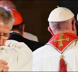 Abrazo tras la firma de la declaración luterano-católica