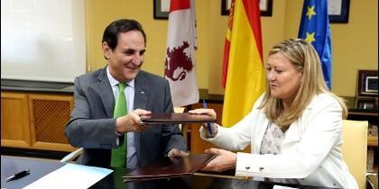 Pilar del Olmo junto a José rolando Álvarez en la firma del convenio entre Junta e Iberaval