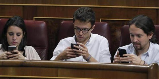 Montero, Errejón e Iglesias, con el móvil.